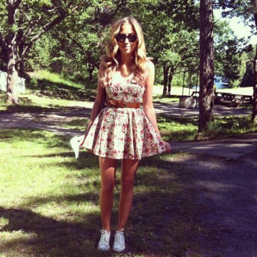 Фото девушек в платье и в кедах